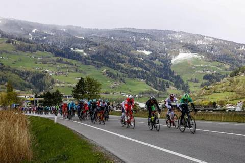 Neve sulle montagne del Tour of the Alps (foto bettini cyclingnews)